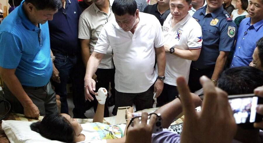 Den filippinske præsident, Rodrigo Duterte, besøgte ofrene for eksplosionen i byen Hilongos