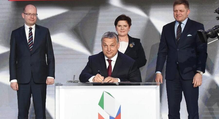 EU-Kommissionen indleder nu sager mod Polen, Tjekkiet og Ungarn, fordi landene ikke at ville deltage i den omfordeling af op mod 160.000 asylansøgere, der blev besluttet ved EU-lov i 2015. I sidste ende kan sagerne ende ved EU-domstolen og resultater i bøder til de tre lande. Her ses premierministrene for de tre lande sammen med deres slovakiske kollega i Polens hovedstad Warszawa i marts 2017. EPA/RADEK PIETRUSZKA POLAND OUT