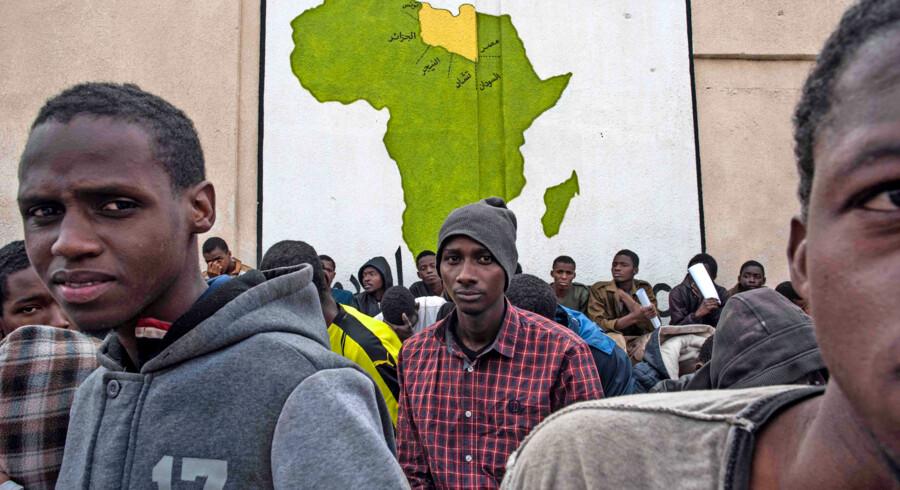 De afrikanske lande har under et topmøde med EU indvilget i at tage egne statsborgere, der tilbageholdes i lejre i Libyen af militser og menneskesmuglere, tilbage, og ifølge den franske præsident vil der i løbet af kort tid finde en militæroperation sted, som skal befri migranterne. Foto: Taha Jawashi/AFP