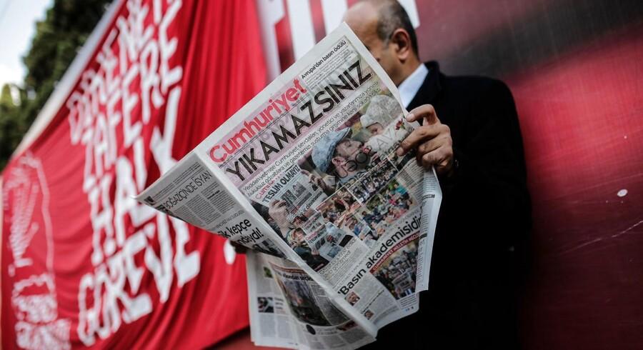 Cumhuriyet, som har været udgivet siden 1924, er den sidste regeringskritiske avis i Tyrkiet, hvor op mod 170 medier er blevet lukket siden kupforsøget sidste sommer.