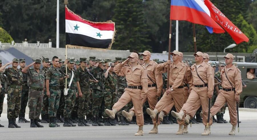 Under et ikke offentlig annonceret visit i Syrien har den russiske præsident mandag formiddag beordret russiske soldater hjem.