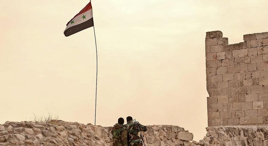 Fra citadellet i Aleppo har det syriske regimes soldater udsigt til den østlige del af byen, som alting tyder på, at de snart erobrer fra oprørerne. Foto: George Ourfalian / AFP Photo