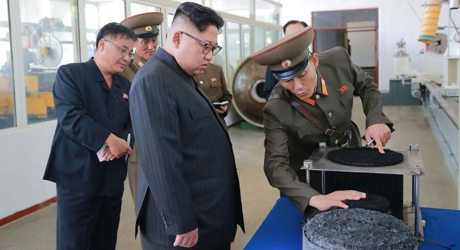 Kim Jong-un vejer 125 kilo og er skrækkeligt forfængelig omkring sin vægt, skriver amerikansk militærstrateg. Hvorfor bruger vi ikke latterliggørelse som et våben og håner ham med det?