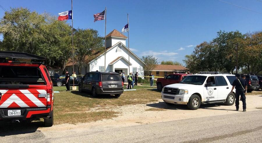 Politiet har omringet kirken i Sutherland Springs i Texas, hvor en gerningsmand søndag har dræbt et stort antal mennesker.