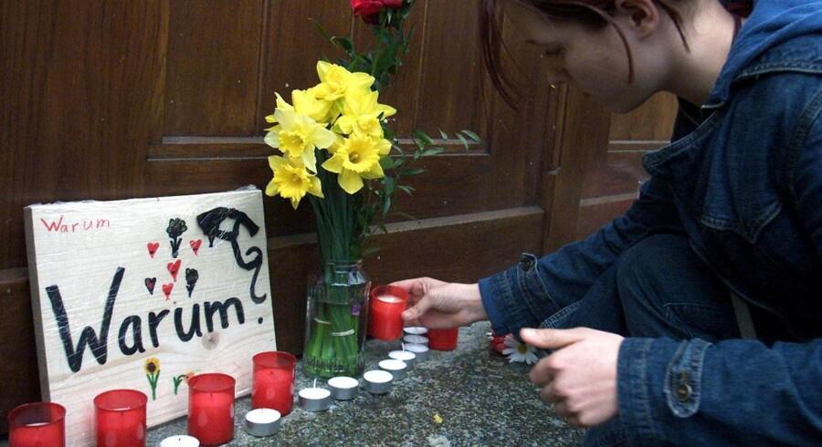 Warum? (Hvorfor?) Det spørgsmål går igen i München i kølvandet på fredagens blodige skudangreb i et indkøbscenter. Tragedien kostede ti mennesker livet - herunder gerningsmanden, som tog sig selv af dage som den sidste. 16 er meldt sårede.