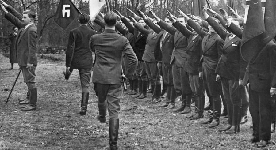 De danske Nazister (DNSAP) afholder parade i Holte.