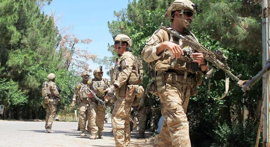 Rekordmange civile ofre er blevet dræbt i Afghanistan i 2016. Her ses afghanske sikkerhedsstyrker på patrulje i Helmand-provinsen, hvor hårde kampe mod Tailban stadig finder sted.