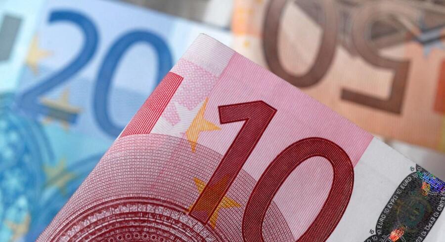 Euro koster mandag morgen 1,0550 dollar mod 1,0670 dollar fredag.