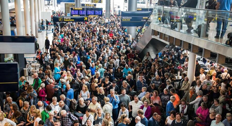 Bombealarm i Københavns Lufthavn (CPH), Kastrup tirsdag d. 12. september 2017. Terminal 2 blev lukket og afspærret efter fund af mistænkelig taske, der angiveligt skulle være tjekket ind som special-baggage. Det skabte store køer både inde i terminal 3 og udenfor langs terminal 2. Rullemarie blev tilkaldt og et stort opbud af politi, brandvæsen, ambulancer.. (Foto: Martin Sylvest/Scanpix 2017)