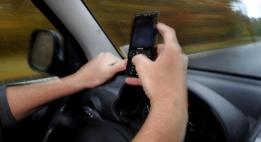 Arkivfoto. Regeringen og DF er enige om at skærpe straffen for at tale i håndholdt telefon eller sende sms'er, mens man kører bil. Foto: Sonny Munk Carlsen