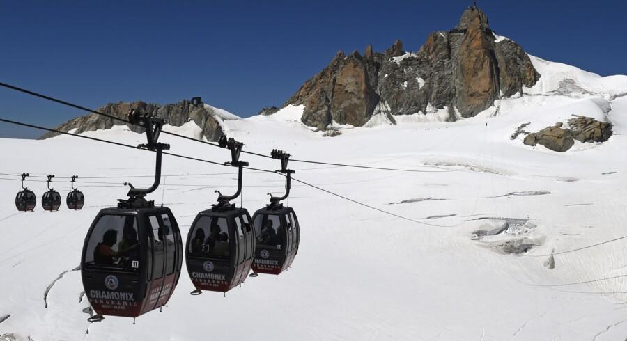 Det er denne kabellift, der er gået i stå over Mont Blanc. 45 personer kan nyde udsigten over alperne, efter at deres kabellift er gået i stå. Scanpix/Philippe Desmazes