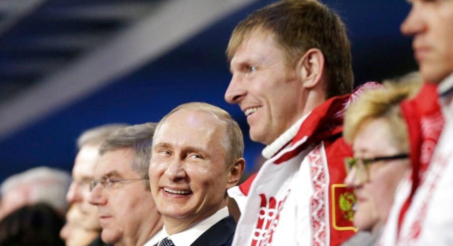 »Vi har aldrig set en sådan manipulation og snyd,« sagde den Olympiske Komités særlige undersøger Samuel Schmid som begrundelse for udelukkelsen af Rusland fra vinter-OL i Sydkorea næste år. Her ses den russiske præsident Vladimir Putin sammen med en af medaljevinderne fra vinter-OL i Sotji i 2014.