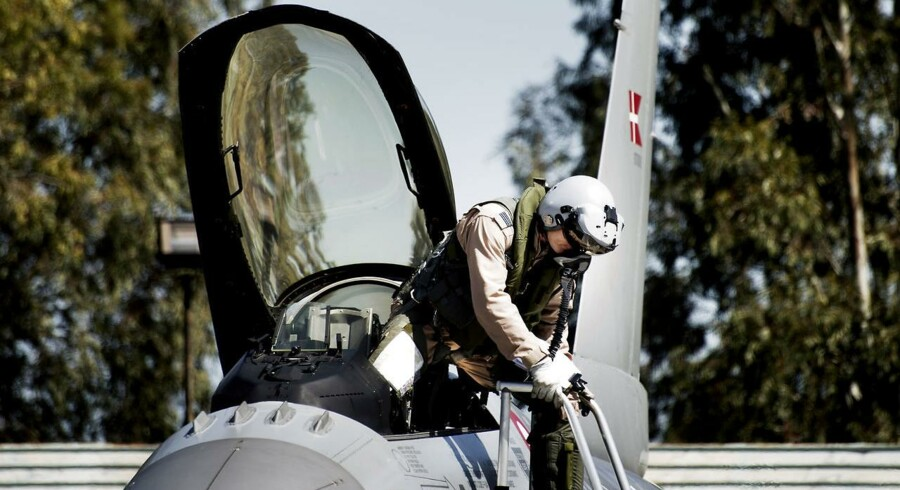 »Det virker urealistisk. Man har i forvejen presset strukturen til det yderste for at få 28 fly til at løse opgaverne, og for at holde prisen inden for budgettet, har de simpelthen bare drejet på knapperne, indtil det passede med de 27. Det fjerner enhver form for robusthed i forhold til at løse opgaverne,« siger forsker og PhD ved Forsvarsakademiet og tidligere F16-pilot udsendt til Afghanistan Jacob Barfoed.