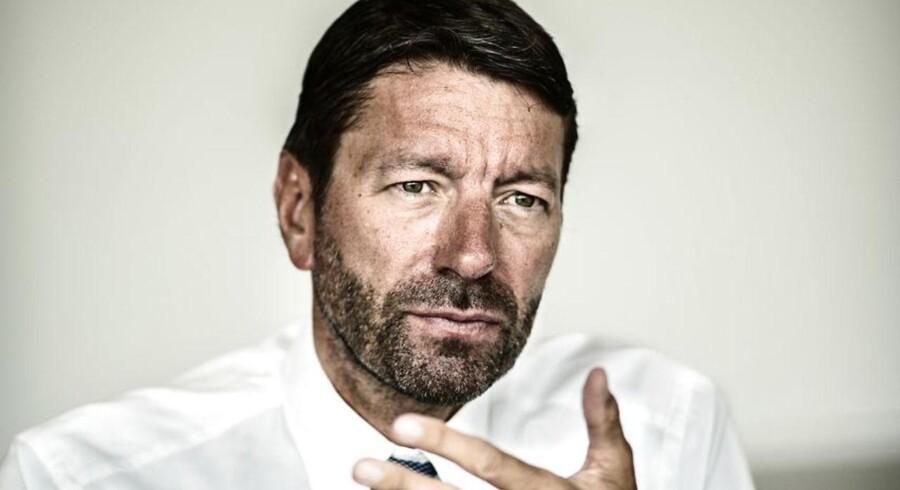Danske Kasper Rørsted har lagt skjorte, jakke og slips efter, at han i oktober blev topchef i den tyske Adidas-koncern med 57.000 ansatte. Mens han stadig var topchef i kosmetik- og kemikoncernen Henkel bandt han, som det ses på billedet, troligt slipset.