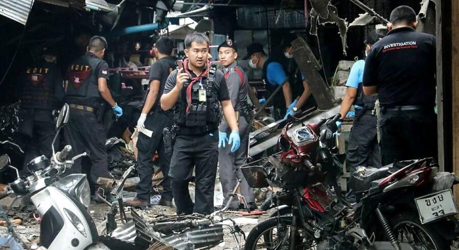 »Gerningsmændene placerede en bombe på en motorcykel, som de stillede ved siden af en af standene på markedet. Eksplosionens kraft forårsagede, at tre mennesker mistede livet,« siger talsmand efter bombeangreb i det sydlige Thailand.