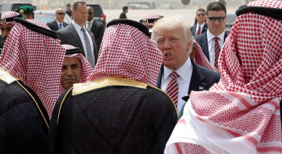 Præsident Trump siger farvel til sine saudi-arabiske værter i lufthavnen i Ruyadh. Foto: Jonathan Ernst, Reuters