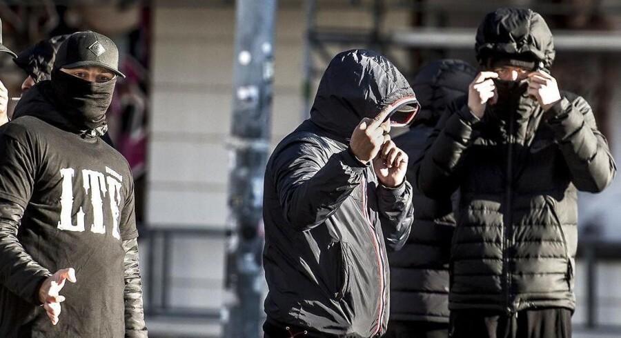 Medlemmer af gruppen Loyal To Familia (LTF) var mødt op foran Københavns Byret på Nytorv, da bande-leder Shuaib Khan tidligere på efteråret fik en dom for trusler mod en betjent. Khan fik en straf på tre måneders fængsel, men blev prøveløsladt før tid, og er i dag igen en fri mand.