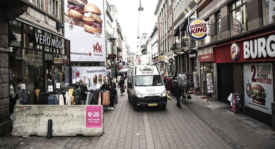 Det er ikke til at se igennem Strøget fra åbningen ved Rådhuspladsen. Varevogne, terrorsikring, store stilladsreklamer, tøjstativer og cykelparkeringer fylder gadebilledet.