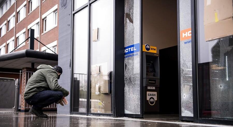 Skudhuller ved indgangen til det hostel på Tagensvej, hvor tre bandemedlemmer tirsdag aften blev ramt af skud.