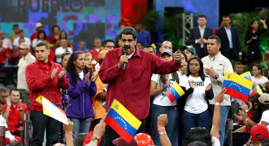 Ifølge Venezuelas præsident, Nicolas Maduro, er lamndets højesteret blev ramt af skud fra en helikopter. Det sker midt i en konfliktfyldt periode for både landet og præsidenten. EPA/MIRAFLORES PALACE HANDOUT