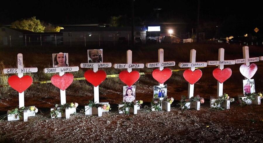 Kors med ofrenes navne ses uden for kirken First Baptist Church i den lille by Sutherland Springs i Texas.