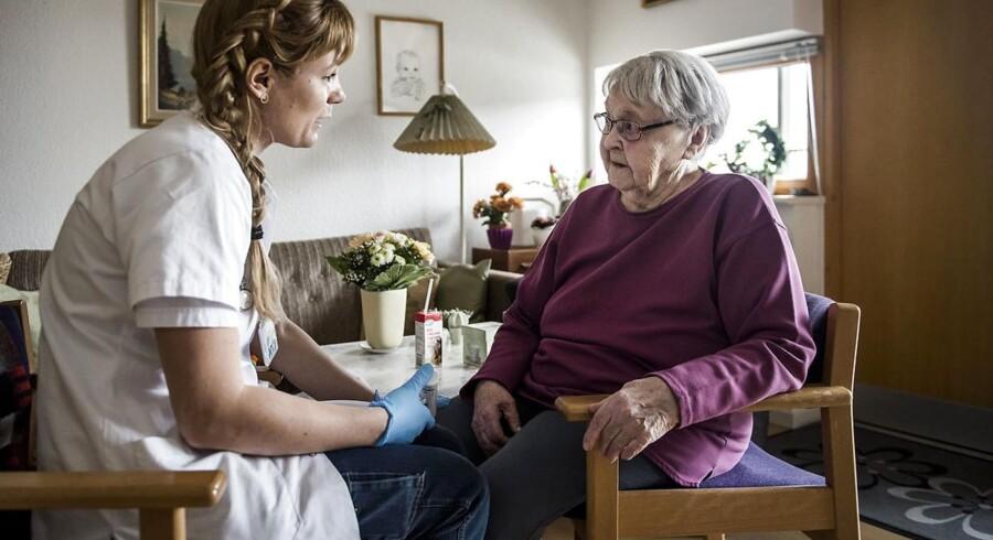 Et specialiseret sygeplejerske-team, som drives af tre kommuner, har forebygget et hav af indlæggelser. Det nyder bl.a. Oda Nielsine Sørensen, 96, godt af. Hér er sygeplejerske Jeanette Breiling på besøg.