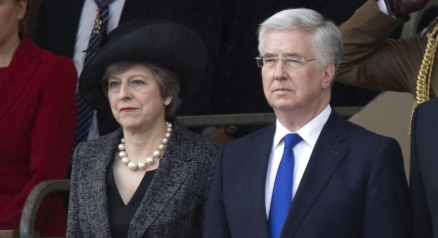 Den britiske premierminister Theresa May og forsvarsminister Michael Fallon. / AFP PHOTO / Justin TALLIS