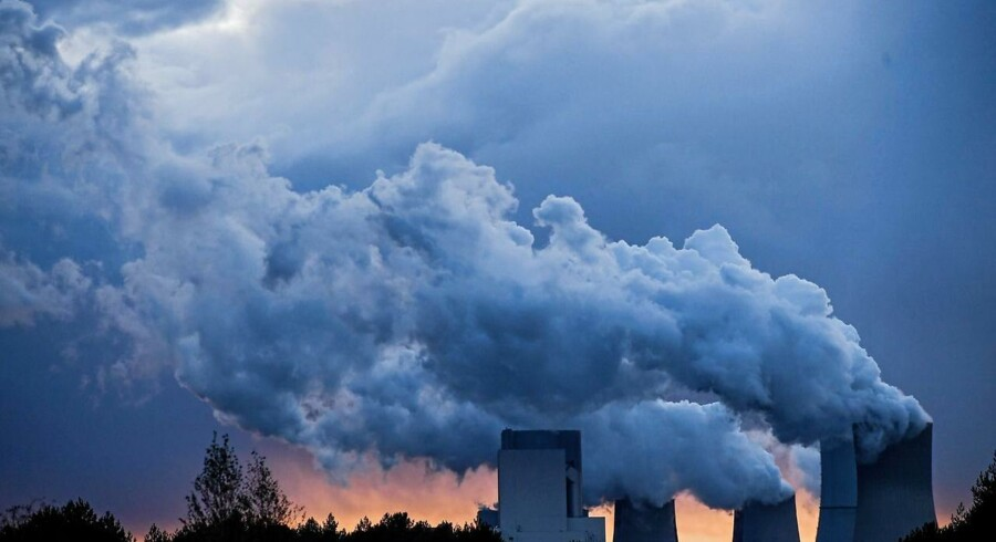 Vanddamp stiger op fra et brunkulskraftværk i Tyskland, hvor den store FN-klimakonference COP23 indledes mandag.