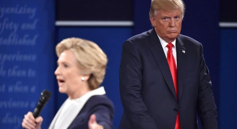 """I et nyt personangreb beskylder Republikanernes præsidentkandidat i USA, Donald Trump, sin modstander, Hillary Clinton, for at """"være pumpet op"""" på præstationsfremmende midler under den seneste tv-duel mellem de to."""