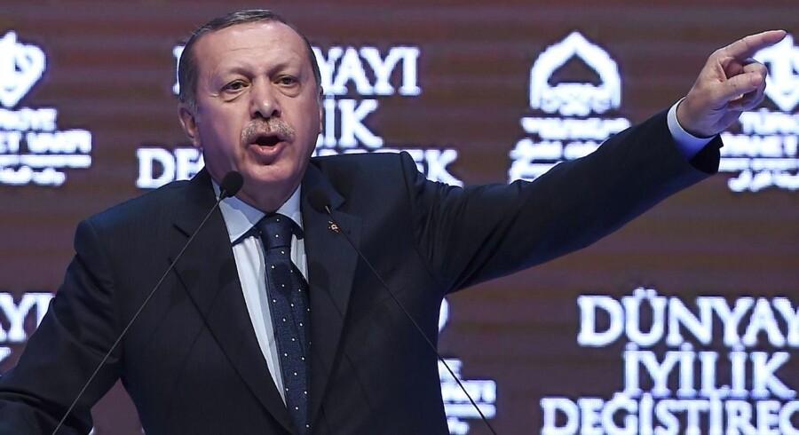 Tyrkiets præsident Erdogan advarede i går i en tasler Holland om, at landet ville »betale prisen« for at forhindre tyrkiske ministre i at tale på valgmøder med tyrkere i landet.