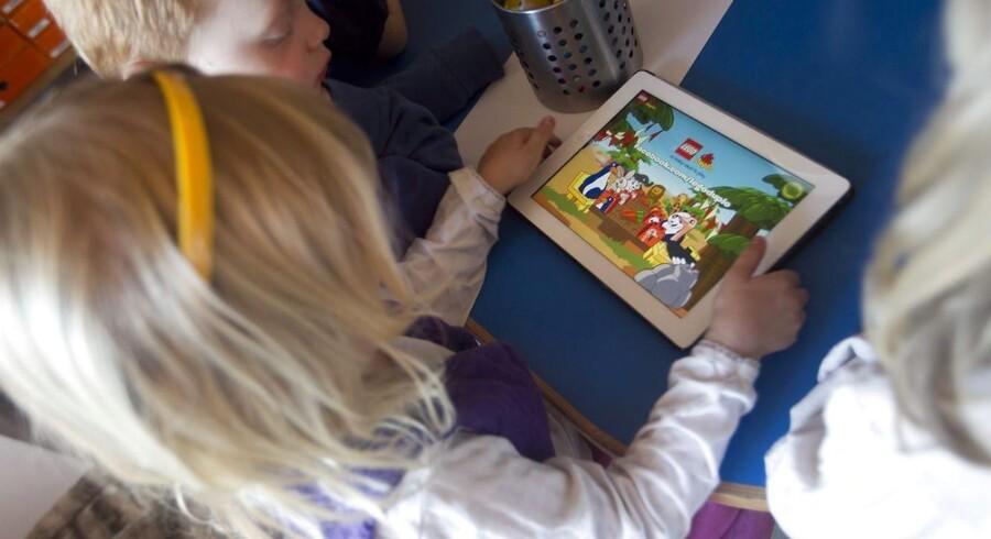 Arkivfoto af børn med Ipad.