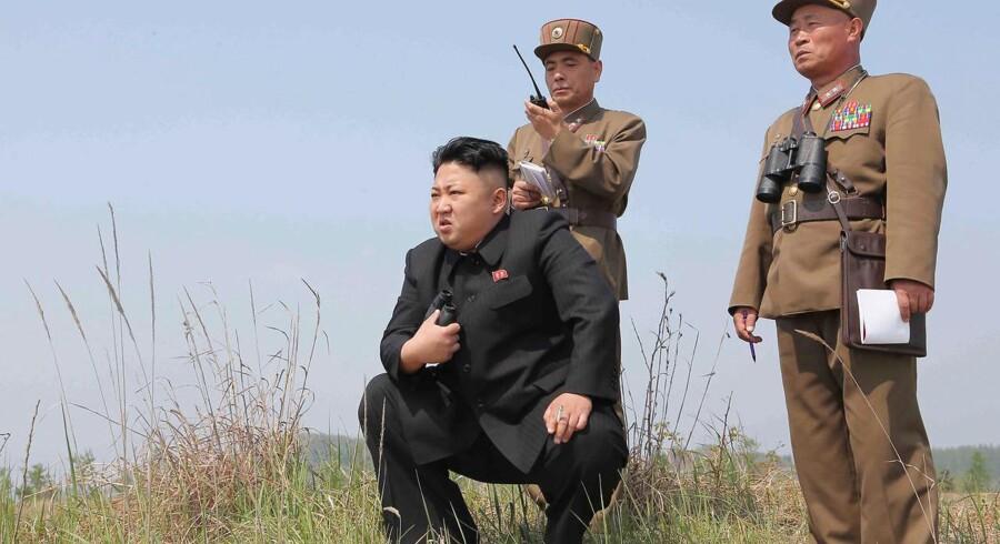 Arkivfoto: Nordkoreas leder, Kim Jong-un, kalder Donald Trump en atomkrigs-galning dage inden Trumps rejse til Asien.