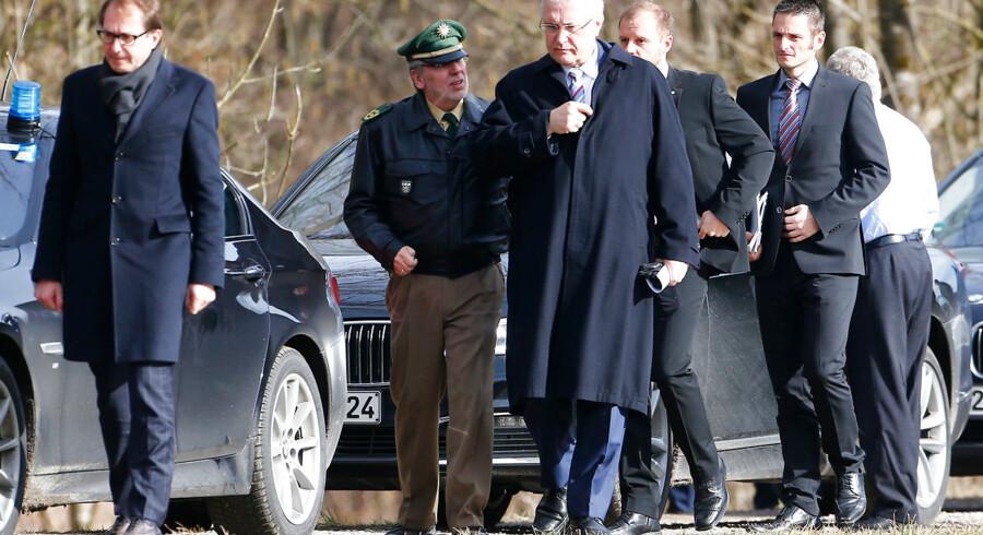 Den tyske transportminister Alexander Dobrindt (t.v.) ankommer til Bad Aibling, hvor et togsammenstød tirsdag kostede mindst ni mennesker livet og sårdede yderligere godt 100.