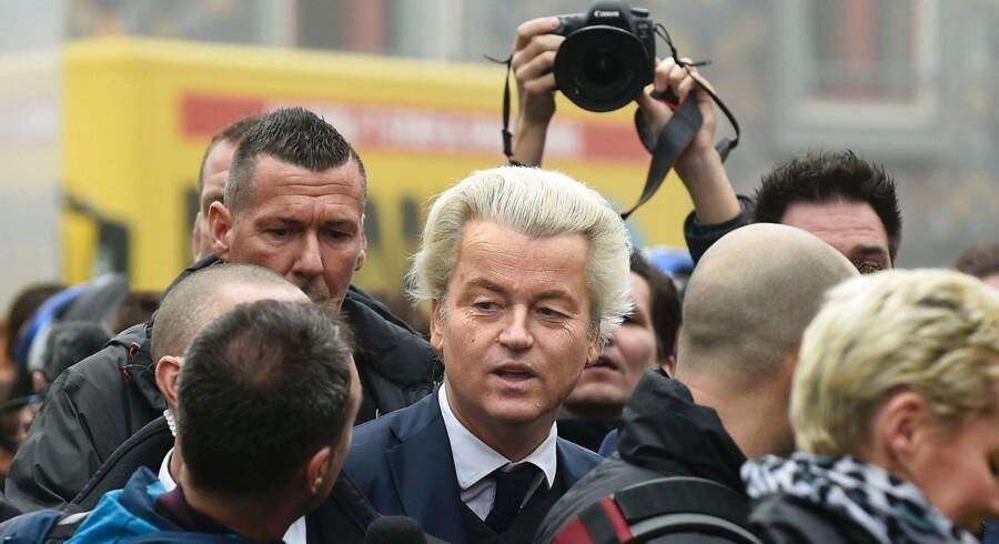 Den EU- og indvandringskritiske Geert Wilders lancerede officielt sin valgkampagne den 18. februar i byen Spijkenisse under et stort medie- og sikkerhedsopbud. Torsdag aflyste han foreløbigt alle sine øvrige offentlige optrædener, mens et sikkerhedslæk undersøges. Han lever under politibeskyttelse. / AFP PHOTO / JOHN THYS