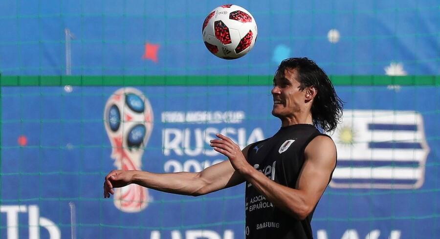 Uruguay's spiller Edinson Cavani starter på bænken i kampen mod Frankrig.