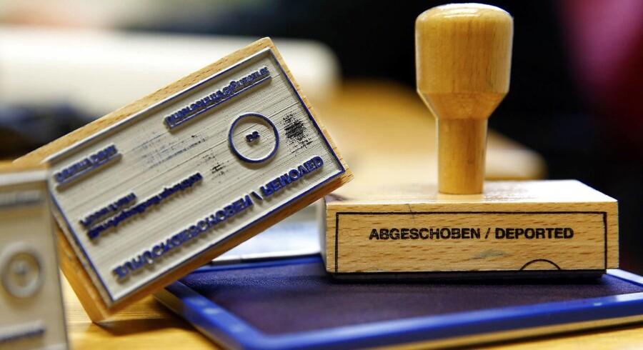 På et asylcenter i Rosenheim i det sydlige Tyskalnd ses her et af de stempler, som Bundespolitiet bruger til at stemple identifikationspapirer for afviste asylansøgere.