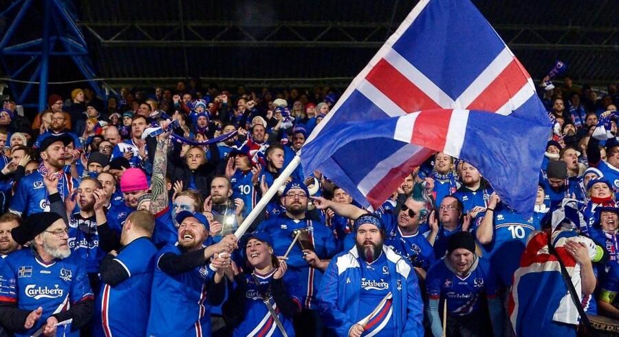 Island kvalificerede sig mandag aften til VM som den mindst befolkningsrige nation i fodboldhistorien. Det skete, da landsholdet på en jublende hjemmebane slog Kosovo 2-0.