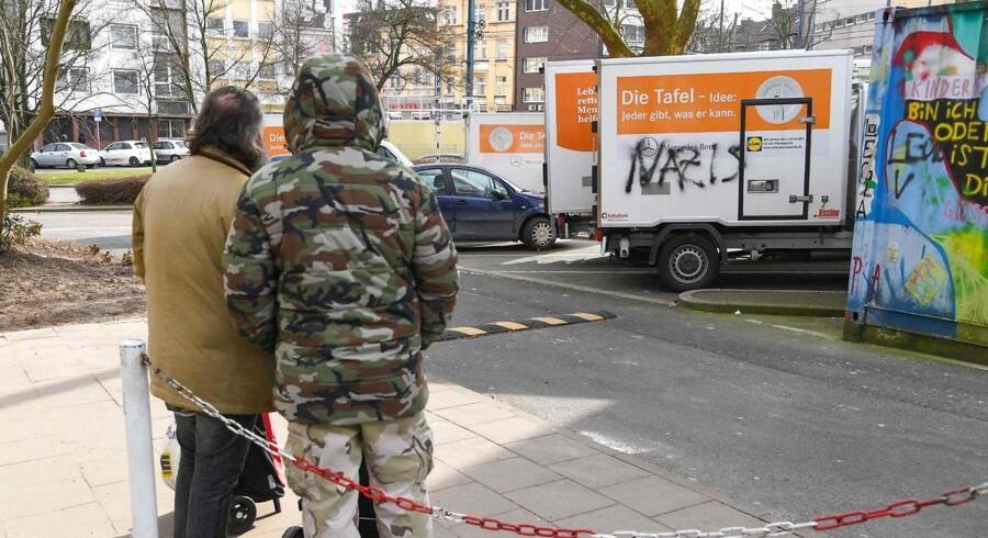 Ukendte gerningsmænd har spraymalet »Nazis« på lastbiler, der tilhører nødhjælpsorganisationen Essener Tafel. Organisationens beslutning om at udelukke udlændinge fra fødevareuddeling har udløst heftig kritik i Tyskland.