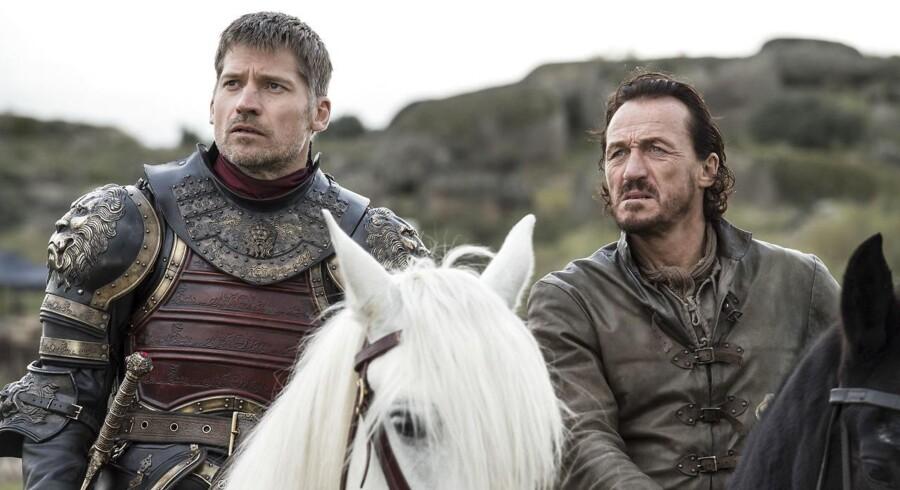 Hackere er sluppe afsted med flere episoder af den populære HBO-serie Game of Thrones, som nu trues med at blive offetliggjort, hvis ikke underholdningstjenesten ligger et flercifret millionbeløb.