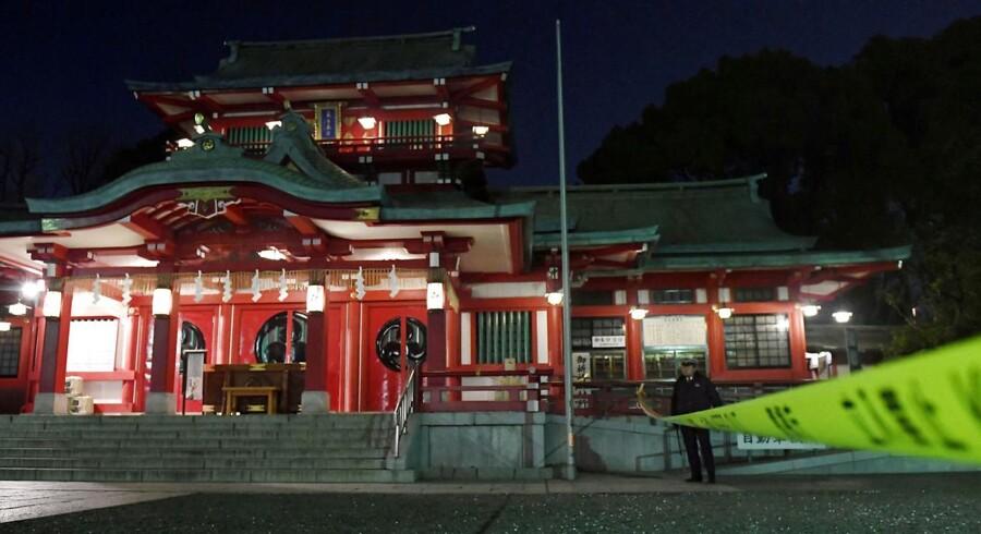 Den mistænkte skulle ifølge Kyodo Nyhedsbureau have dræbt sin søster, der er præst i det hellige tempel Tomioka Hachimangu, og en anden kvinde, før han tog livet af sig selv.