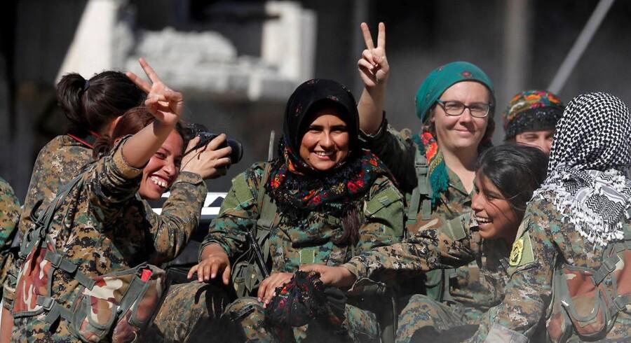 Soldater i SDF (The Syrian Democratic Forces) – en alliance af kurdiske og arabiske styrker - efter sejren over Islamisk Stat i byen Raqqa i sidste måned REUTERS/Erik De Castro