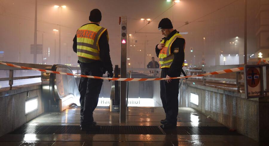 En time før midnat rykkede politiet i München ud med en advarsel mod et konkret terrorangreb og evakuerede to togstationer.