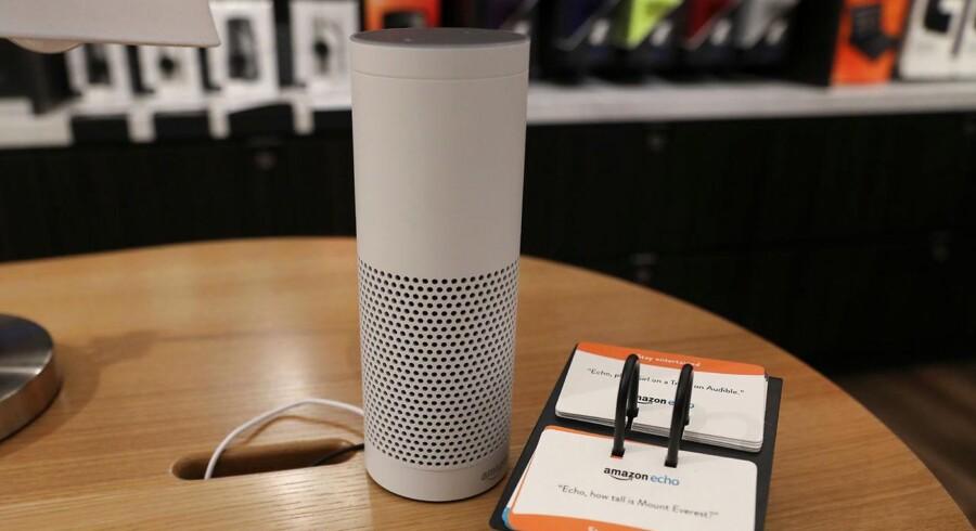 Amazons talegenkendelsessoftware Alexa er bygget ind i Echo-højttaleren her, som kobles på internettet og kan skaffe svar og læse dem højt. Nu går Alexa i samarbejde med Microsofts digitale assistent, Cortana. Arkivfoto: Shannon Stapleton, Reuters/Scanpix