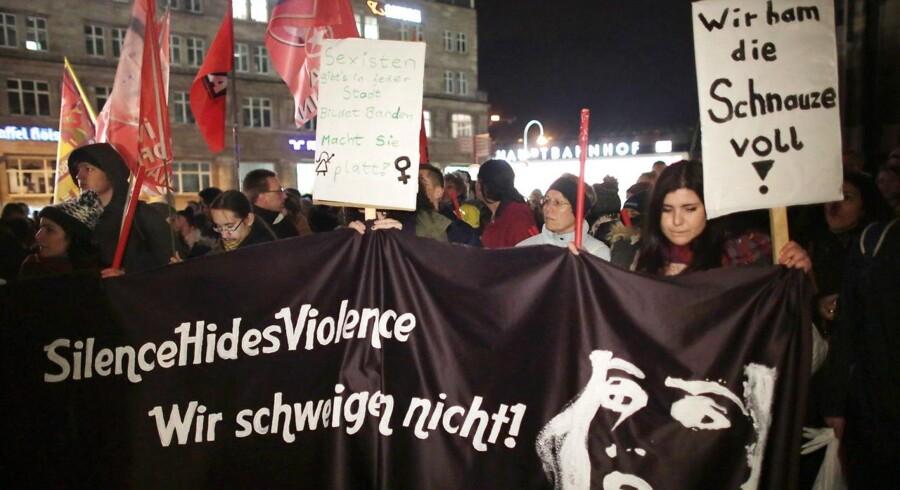 Demonstranter på gaden i Köln efter overgreb på kvinder nytårsnat.