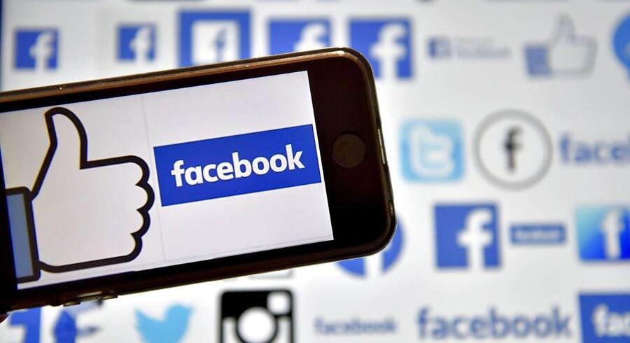 Facebook dominerer sammen med Google i dag det globale annoncemarked, hvor de årligt tjener milliarder på at give virksomheder en kanal for målrettede reklamer. Også blandt politikere er det blevet en populær kommunikationsstrategi.