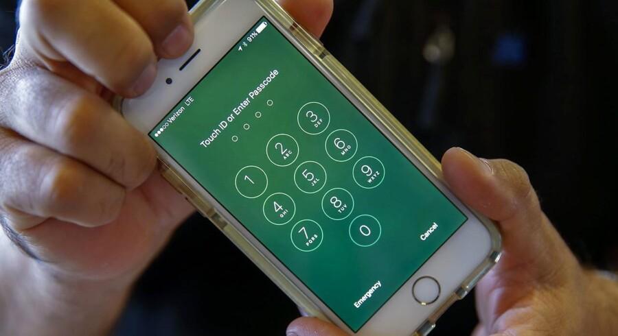 Apples kryptering på alle nyere iPhone-telefoner, som denne iPhone 6, er så effektiv, at det efter tre måneder ikke er lykkedes FBI at hacke sig ind på en beslaglagt telefon. Apple nægter at parere ordre fra en domstol om at bistå yderligere, fordi det vil skade alle kunderne. Arkivfoto: Erik S. Lesser, EPA/Scanpix