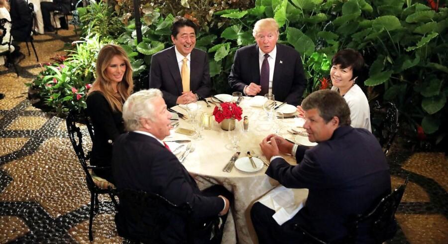 Donald Trump og Japans premierminister Shinzo Abe på Mar-a-Lago Club i Florida, hvor flere gæster overværede, at de to statsledere fik dokumenter ind til middagsbordet.