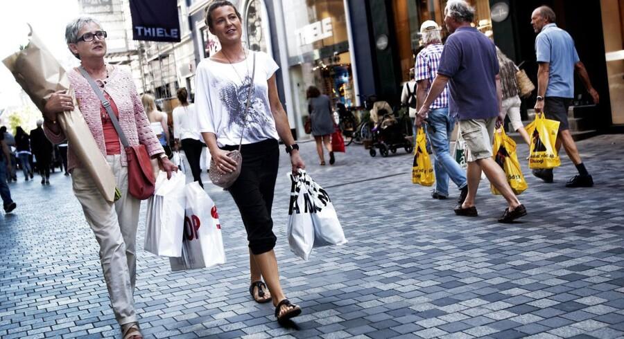 Danskerne sparer meget op til pension, men vores boligformue halter efter. Det er en af årsagerne til, at danskerne er lidt tilbageholdende med at bruge penge, mener flere økonomer.