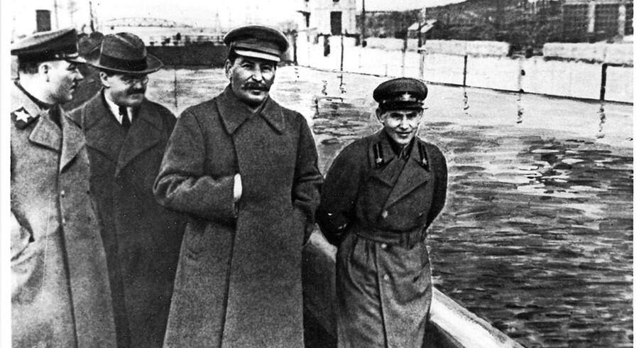 Den sovjetiske diktator Josef Stalin ses her sammen med bl.a. den højtstående officer og politiker Kliment Voroshilov (t.h), hvis hovedrolle under Den Store Terror er velkendt. Nu er også navnene på tusindvis af hidtil ukendte bødler kommet frem. Foto: Scanpix