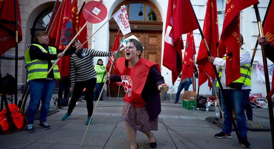 Overenskomsforhandlinger i Forligsinstitutionen om en overenskomst på det offentlige område ser ud til at fortsætte natten til mandag. Udenfor holder de faglige støtter humøret oppe med kampråb. Søndag den 22. april 2018. (Foto: Jens Astrup/Ritzau Scanpix)